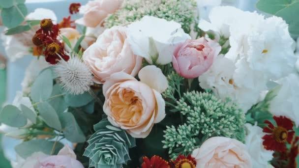 közeli felvétel gyönyörű esküvői virágok dekoráció szertartás.