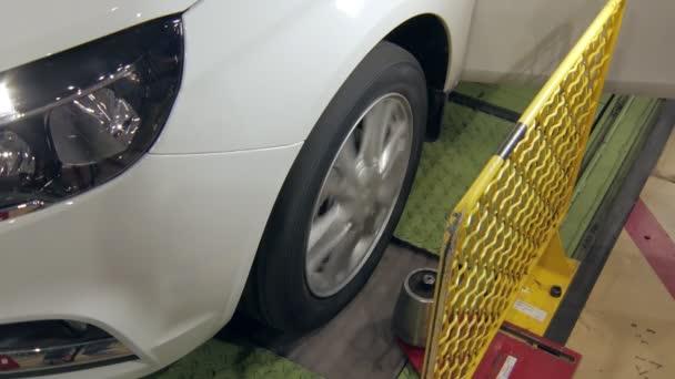nové auto na testování, detail rotujícího kola ve výrobě aut