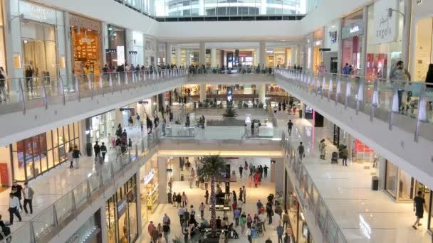 Dubai, U.A.E. - Jan, 2018: az emberek sétálnak emeleten a híres Dubai mall