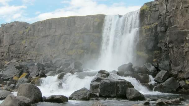 Oxararfoss vodopád v národním parku Thingvellir na Islandu v zamračený den