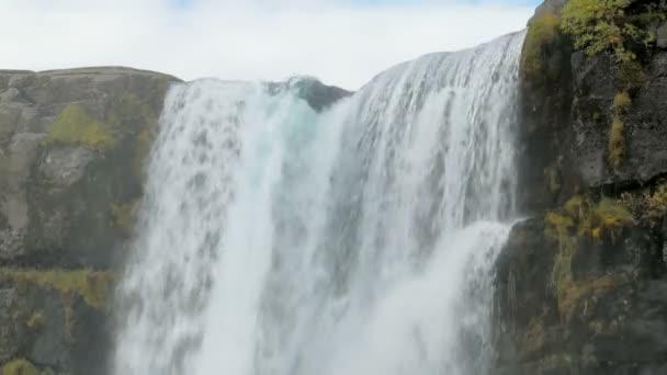 silný proud řeky klesá z čedičových kamenů, detail vrcholu vodopádu