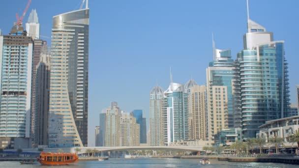 úžasné panorama moderních mrakodrapů na pobřeží falešné kanál jasně modré obloze