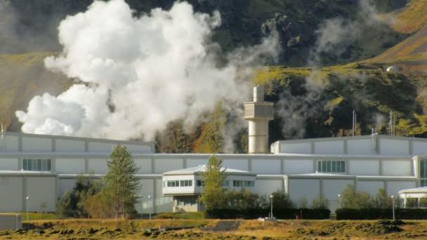 Gebäudekomplex des geothermischen Kraftwerks in Landschaft in Island, in der Nähe von Ausläufern