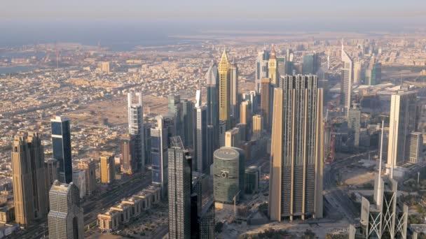panorama města Dubaj večer na moderní mrakodrapy a pobřeží