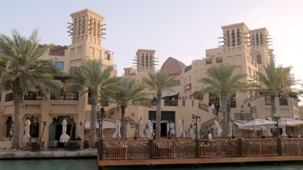 mořské restauraci na nábřeží v čas západu slunce, Návštěvníci a zaměstnanci jsou procházky mezi dlaněmi
