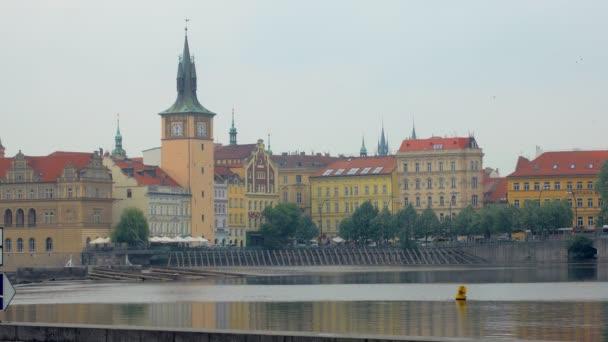 Zobrazit na prahu od břehu Vltavy v zamračeným letním dni