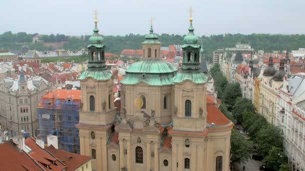 pohled shora z kostela svatého Mikuláše v Praze ze staré věže s hodinami