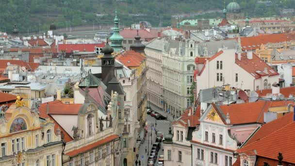 pohled shora na krásné staré ulici v Praze a tradiční budovy ze staré věže s hodinami