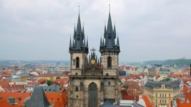 pohled na vrcholky kostel Matky Boží před Týnem v Praze staré město ve dne