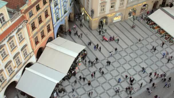 lidé chodí před Pražský orloj, pohled shora z věže