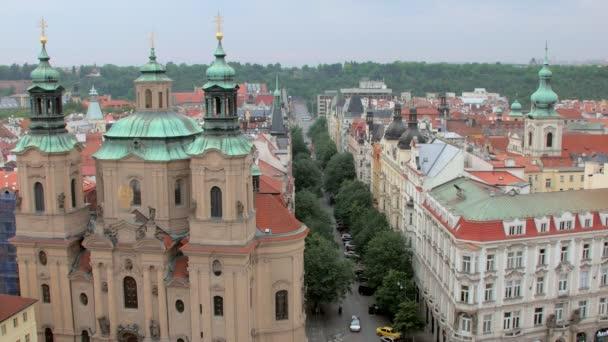 Draufsicht der Kirche des Heiligen Nikolaus und malerische Straße in Prag vom alten Uhrturm