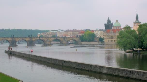 nádherné klidné městské panorama v Praze, zobrazit na Vltavě, Starý Karlův most