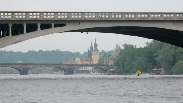 mosty na řeku Vltavu a staré věže z Prahy