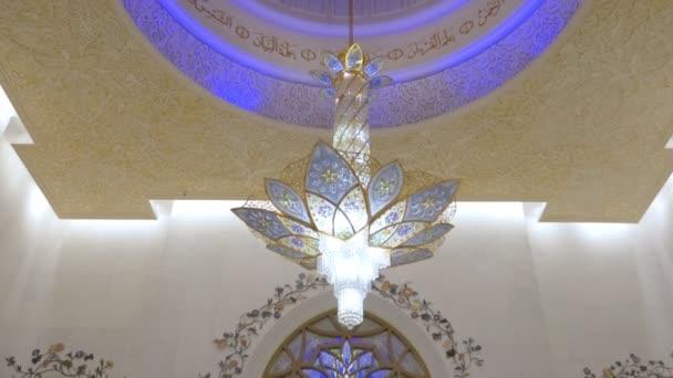 Abu Dhabi, Spojené arabské emiráty - Jan, 2018: Velké mešity šejka Zayeda, interiér, panorama od stropu k lidem