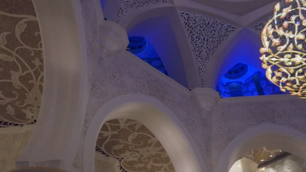 Abu Dhabi, Spojené arabské emiráty - Jan, 2018: Velké mešity šejka Zayeda, interiér, panorama stropu