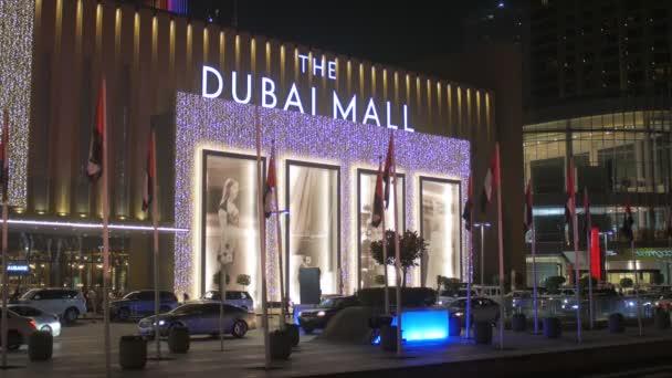Dubai, V.A.E - Jan, 2018: Haupteingang der Dubai Mall in der Nachtzeit, sind Autos bewegen.