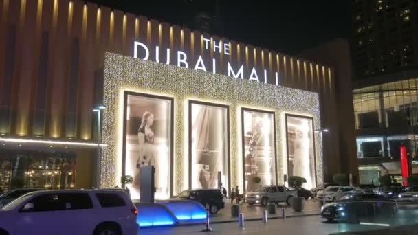 Dubai, V.A.E - Jan, 2018: vertikales Panorama vom Haupteingang der Dubai Mall, Burj Khalifa Tower in der Nachtzeit