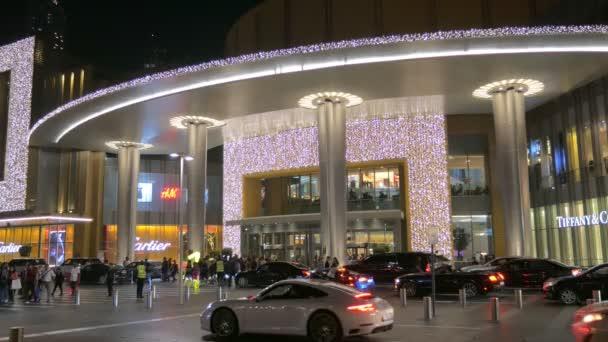 Dubai, V.A.E - Jan, 2018: Pkw-Verkehr in der Nähe von dem Haupteingang des modernen Dubai Mall Abend