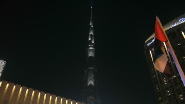 Dubai, V.A.E - Jan, 2018: Panoramablick auf Burj Khalifa Tower und Pkw-Verkehr in der Nähe von Eingang des modernen Dubai mall