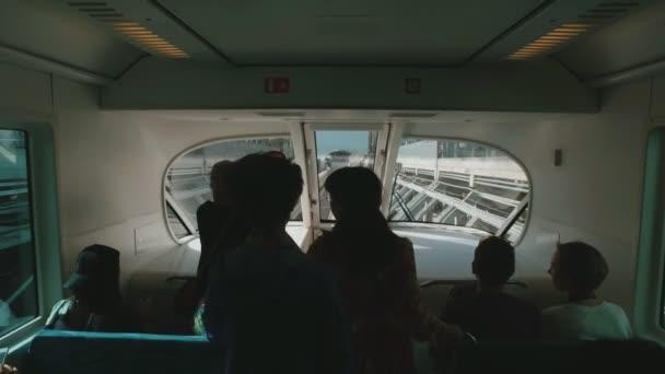 Turisté jezdí ve voze jednokolejka v Dubaji palma ve slunečný den