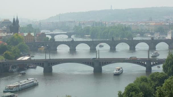 Karlův most v Praze a jiné mosty přes řeku Vltavu, městský život s turisty