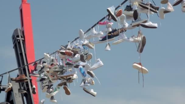Chaussures Et Fils Sont Sur Monument Énorme Les Jetés Du Baskets TJlFcK1