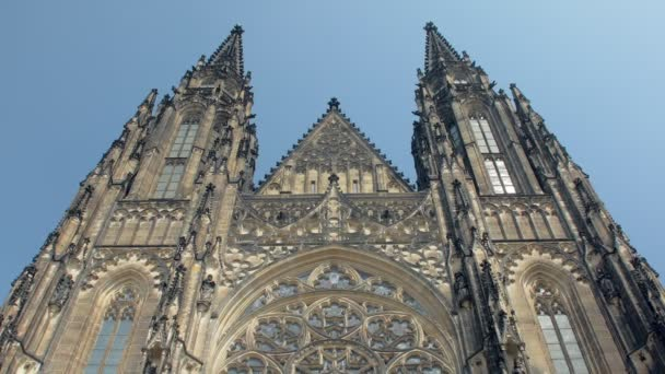 panoramatický pohled ze starobylého gotického kostela St Vitus cathedral do modré oblohy v Praze-nakloněná rovina