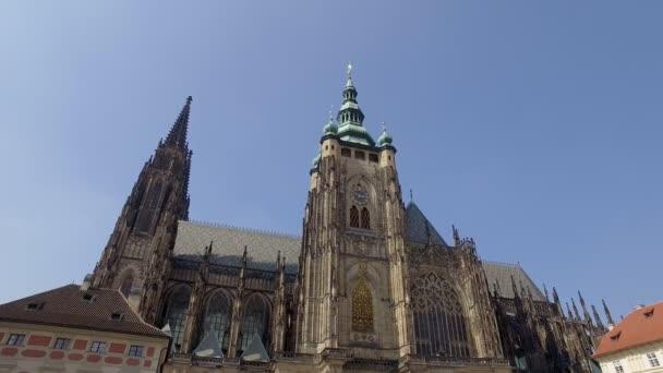 Praha, Česká republika - květen, 2018: turisté jsou pěší náměstí poblíž katolické katedrále na Pražském hradě v slunečný den