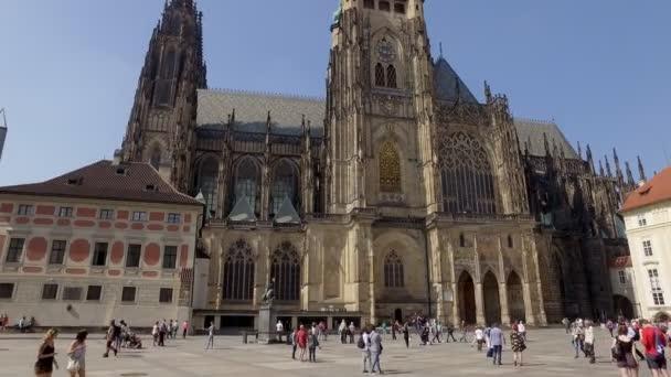 Praha, Česká republika - květen, 2018: lidé jsou procházky poblíž St Víta na Pražském hradě