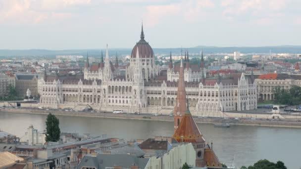 a magyar Parlament épülete a Duna-parttól, a Castle Hill felülnézet