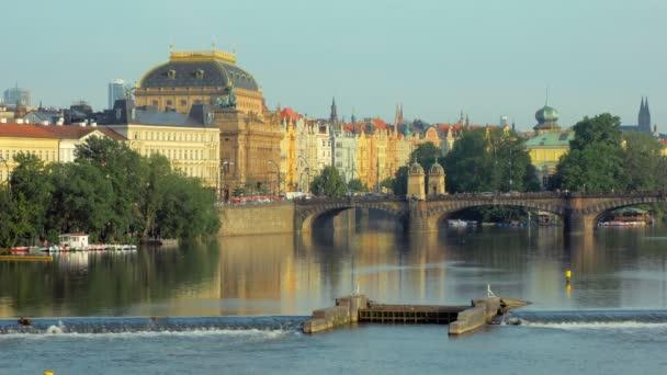 staré tradiční budovy na nábřeží Vltavy a slavný Karlův most na slunci slunce