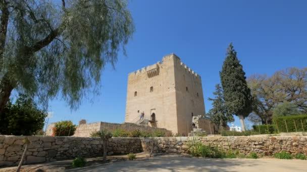 Historický milník kyperského středověkého hradu Kolossi, obecný pohled na turistickou oblast