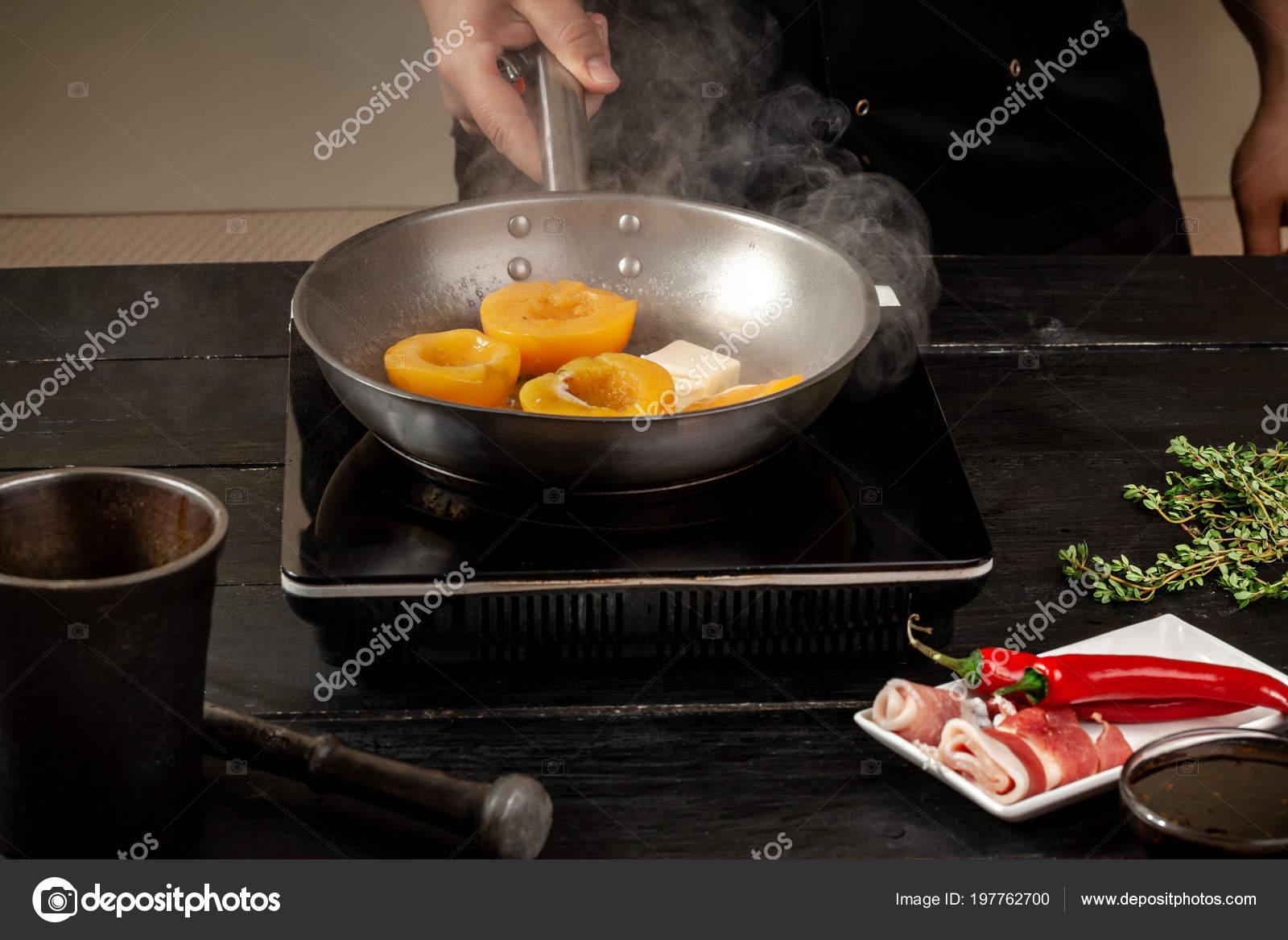 Pêches sur une poêle à frire. Conserves de fruits pêches ...
