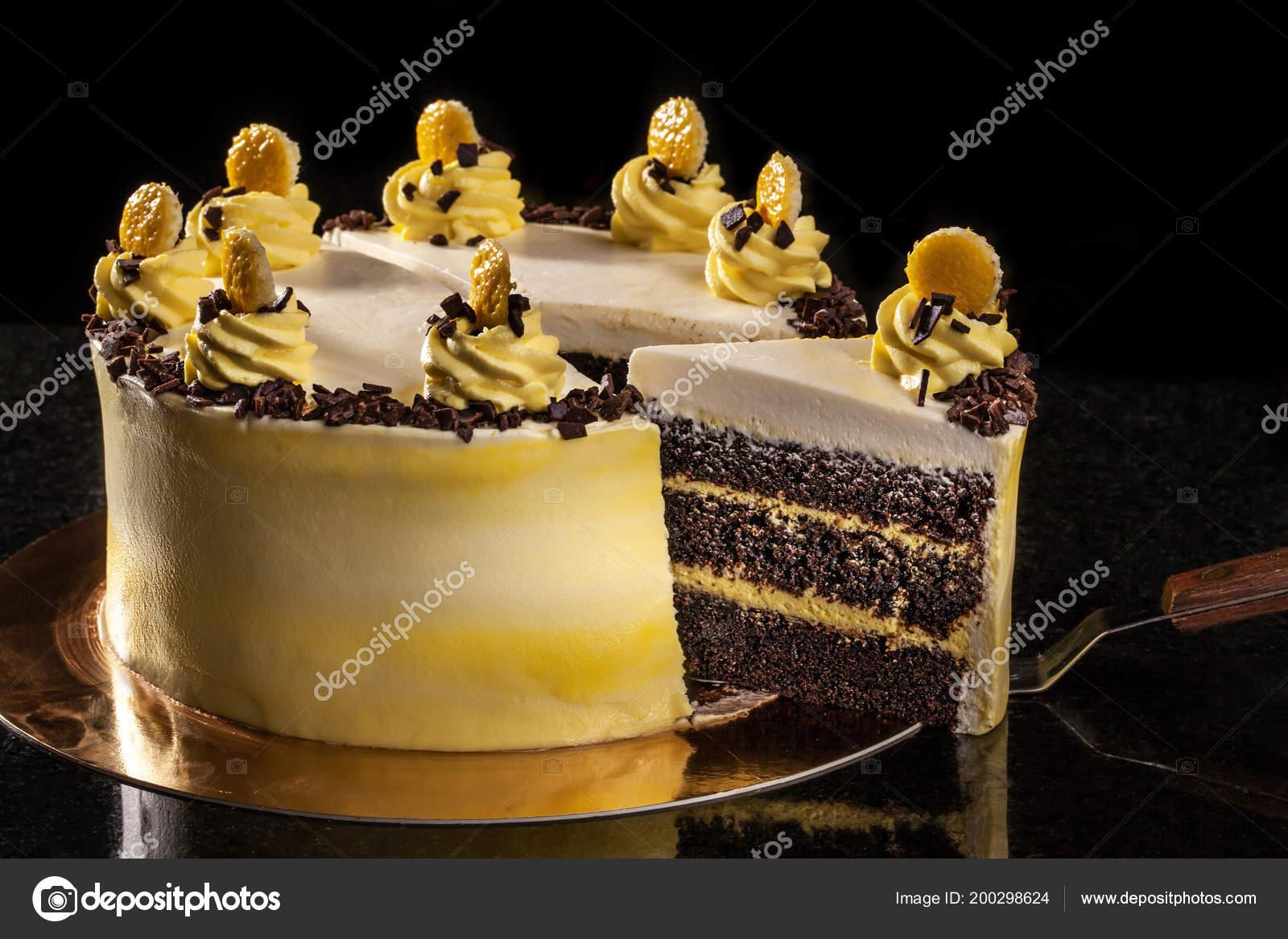szülinapi torta diszitések Kerek sárga születésnapi torta. Dekoratív krém díszítések a tortán  szülinapi torta diszitések