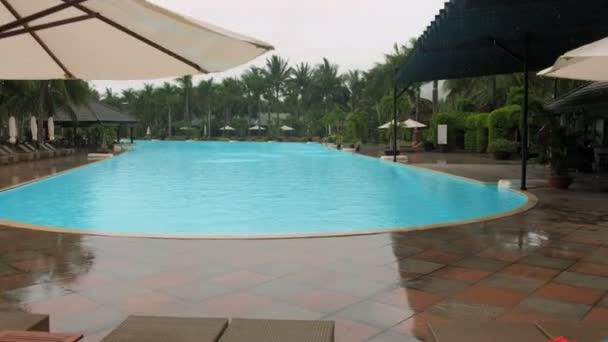 špatné počasí déšť padá na bazén v luxusní hotel