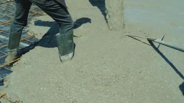 Arbeiter Giessen Betonboden Im Gebaude Beton Fliesst Aus Dem Mischer