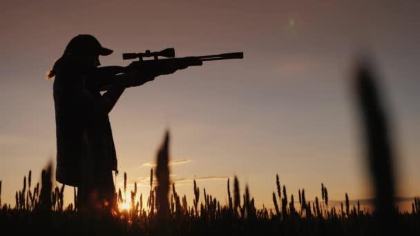 A vadász célja egy puska, egy optikai látvány. Egy festői helyen áll a naplemente