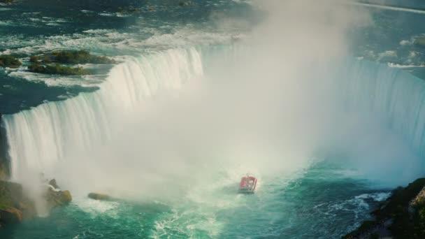 Vodopád ve tvaru podkovy na řece Niagara. Pohled shora z neuvěřitelné Niagarské vodopády. 4k video 10 bit