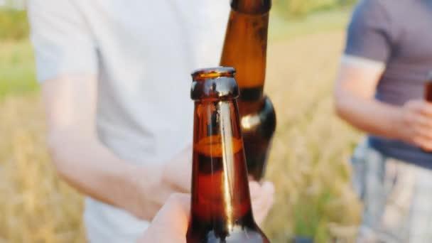 Egy kéz, egy üveg sör viszont megcsörren a barátságos üveg sör