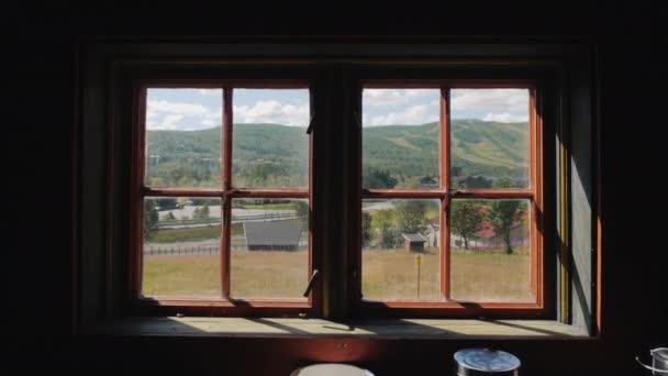 Zobrazit staré vintage oknem na krásnou krajinu v Norsku. Kamera se pohybuje vpřed na sklo. Letní zájezd do Skandinávie koncept