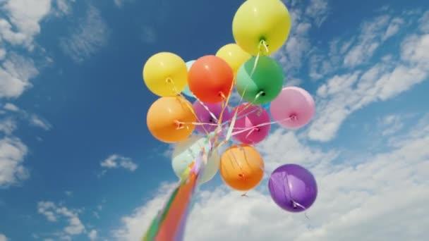 Sok multi-színes léggömbök remélheti, hogy az ég