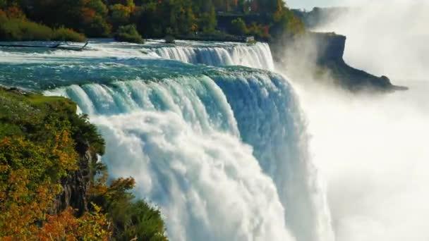 Slavný vodopád Niagarských vodopádů, je oblíbeným místem turistů z celého světa. Pohled ze strany USA. Zpomalené Prores Hq 422 10 bit video