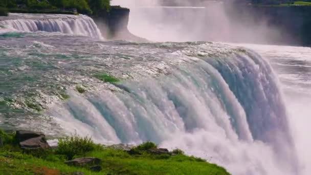 A természet ereje a Niagara Falls víz áramlását