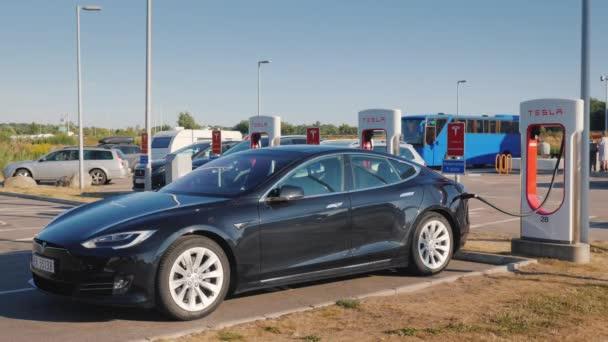Lillehammer, Norsko, červenci 2018: Černý vůz značky Tesla je účtován na značkové zdarma rychlá nabíjecí stanice
