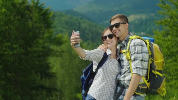 Fiatal turista hátizsákok, a fényképezett egy festői hegyi táj a háttérben