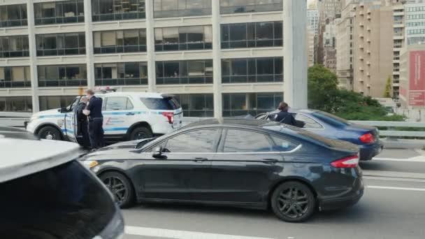 New York, Usa, říjen 2018: Dopravní nehoda policejního auta. Další auto narazilo do zaparkovaného auta a airbag se zlobil. Policejní auto má rozbité zadní nárazník
