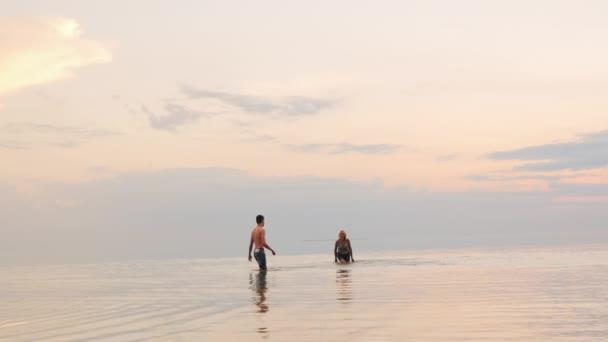 Muž a žena v vody - navzájem stříkající vodou