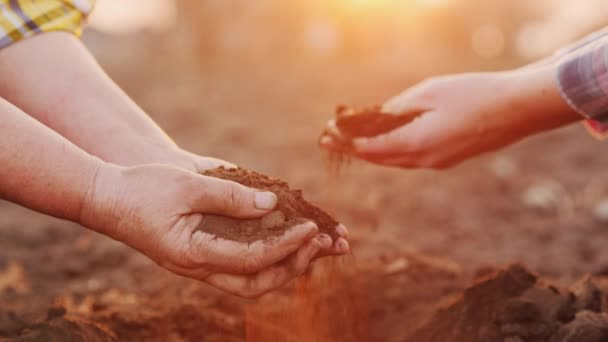 Két gazda tart marék talaj a területen. Biogazdálkodás koncepciója