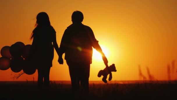 Nagymama és unokája csodálja a naplementét együtt. Aktív időseknek fogalma
