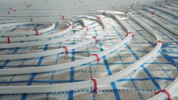 Fußbodenheizungsrohre werden auf eine spezielle Oberfläche verlegt, Installation einer Heizungsanlage